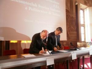 Marco Gilli a destra e Roberto Loi firmano la convenzione