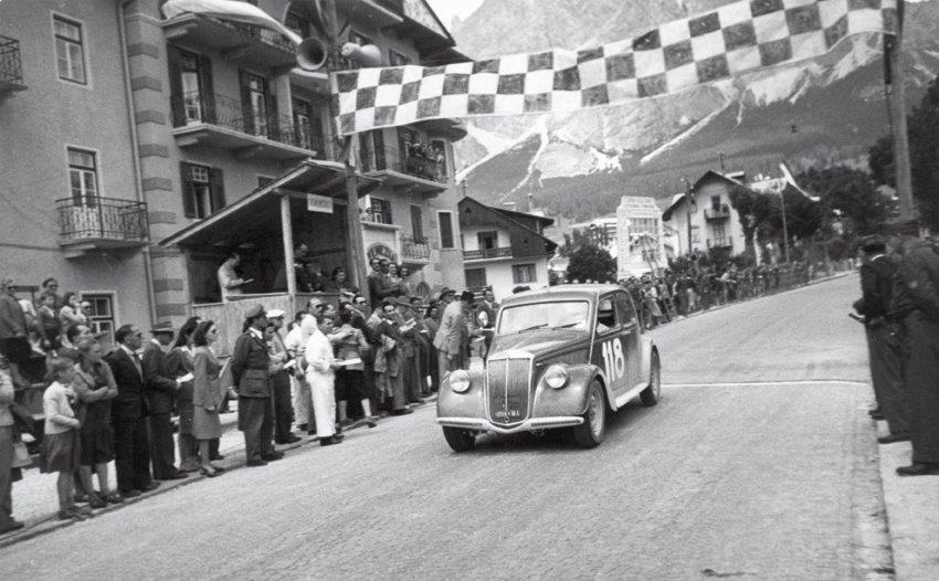 Giannino Marzotto taglia il traguardo alla Coppa d'Oro delle Dolomiti del 1948  vincendo la sua classe con la Lancia Aprilia_G - DOL 48 g 2