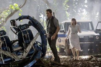 Chris Pratt e Bryce Dallas Howard davanti alla Classe G sul set di Jurassic World.
