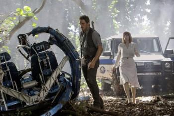 Chris Pratt e Bryce Dallas Howard davanti alla Classe G sul set di Jurassic World.